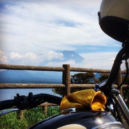 バイクと本栖湖と富士山